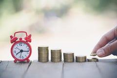 Menschliche Hand, die Wachstums-Einsparungsgeld des Münzengeldstapelschrittes wachsendes, Ablagerung nah von der Personenhand sta stockbilder