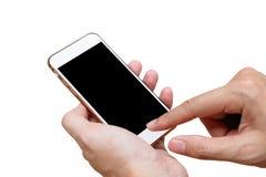 Menschliche Hand, die weißes Telefon auf dem schwarzen Schirm lokalisiert mit Beschneidungspfad hält Lizenzfreies Stockbild