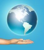Menschliche Hand hält eine Planetenerde Lizenzfreie Stockfotos