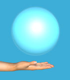 Menschliche Hand hält einen blauen Ball Lizenzfreies Stockbild