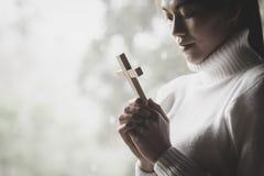 Menschliche Hand hält Kreuz Therapie des heiligen Abendmahl segnen den Gott, der Repräsentanten hilft lizenzfreie stockbilder