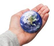Menschliche Hand, welche in der Hand die Welt anhält Stockbild
