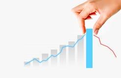 Menschliche Hand, welche die Diagrammstange vorschlägt Zunahme von Verkäufen oder von Geschäft zieht Lizenzfreies Stockbild