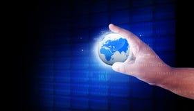 Menschliche Hand, welche die digitale Welt hält Stockbild