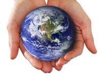 Menschliche Hand, welche die Welt in den Händen anhält Stockfotografie