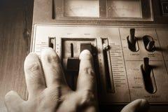 Menschliche Handsteuernder Radioton, Sepia gefiltert Lizenzfreie Stockbilder