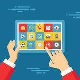 Menschliche Hände mit Tablet und Ikonen eingestellt - Geschäfts-Tendenz-Illustration in der flachen Design-Art Stockbilder