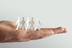 Menschliche Holdingpapierleute, Teamkonzept Stockbilder