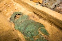 Menschliche Mama eingewickelt in einem grünen Lappen Lizenzfreies Stockbild