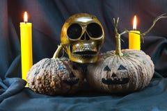 Menschliche Schädel und Kürbis auf schwarzem Hintergrund, Halloween-Tageshintergrund Lizenzfreies Stockfoto