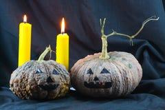 Menschliche Schädel und Kürbis auf schwarzem Hintergrund, Halloween-Tageshintergrund Stockfotografie