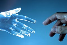 Menschliche und atrifical Hand Stockfotos