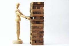 Menschliche vorbildliche Skala des hölzernen Mannequins, die Spiel spielt Lizenzfreie Stockfotografie