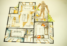 Menschliche vorbildliche Skalazahl, die auf Perspektivengrundrisszeichnung des Hauses steht Stockfoto