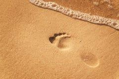 Menschlicher Abdruck auf dem Strandsand Gedächtnisse des Meeres Grüße von den Ferien Abend auf dem Strand Stockfotografie