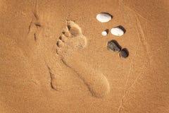 Menschlicher Abdruck auf dem Strandsand Gedächtnisse des Meeres Grüße von den Ferien Abend auf dem Strand Stockfoto