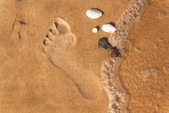 Menschlicher Abdruck auf dem Strandsand Gedächtnisse des Meeres Grüße von den Ferien Abend auf dem Strand Stockfotos