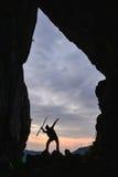 Menschlicher Abenteurer in der Höhle Stockfotos