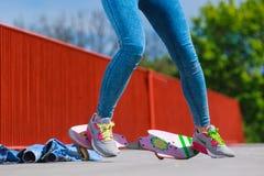 Menschlicher Beinschlittschuhläufer mit Skateboard auf Straße Lizenzfreies Stockbild
