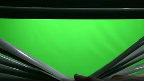 Menschlicher Finger in der Dunkelheit öffnet den Jalousie Grüner Bildschirm stock video footage