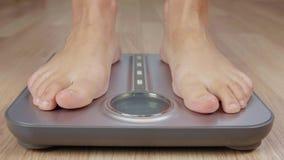 Menschlicher Fuß, der auf Gewichtungsskala zur Körpermassensteuerung beim Verlieren des Gewichts tritt stock video