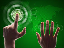 Menschlicher grüner virtueller Knopf des Handpressens Stockfotos