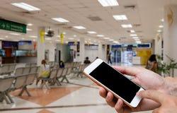 Menschlicher haltener leerer Bildschirm intelligenten Telefons und der Warteankünfte t Stockbild