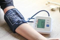 Menschlicher Kontrollblutdruckmonitor und Herzfrequenzmonitor mit digitalem Manometer stockfoto