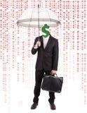 Menschlicher Kopf mit Dollar-Symbol-tragendem Regenschirm Stockfotos
