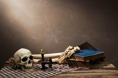 Menschlicher Schädel auf altem hölzernem Hintergrund Stockbild