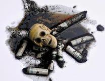 Menschlicher Schädel auf schmutzigem verschmutztem Wasser und geräucherten Zigaretten Lizenzfreies Stockbild