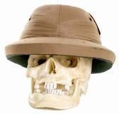 Menschlicher Schädel, der einen Stärke-Abenteurersturzhelm trägt Stockbilder