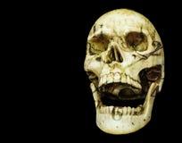 Menschlicher Schädel des Öffnungsmunds lokalisiert auf schwarzem Hintergrund mit Spindel Stockbild