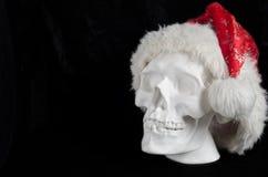Menschlicher Schädel des weißen Gipses auf einem schwarzen Hintergrund in Santa Cla Lizenzfreie Stockfotos