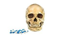 Menschlicher Schädel mit Pille auf weißem Hintergrund, Beschaffenheit Lizenzfreies Stockfoto