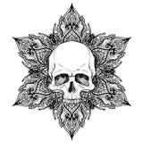 Menschlicher Schädel und Lotus über Mandala angespornter heiliger Geometrie Ayurveda-Symbol der Harmonie und der Balance Tätowier lizenzfreie abbildung