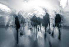 Menschlicher Verkehr in der Lobby des Untergrund an der Hauptverkehrszeit. Stockbild