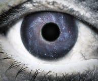 Menschliches Auge, das im Universum schaut Stockbild