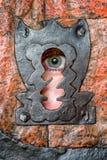Menschliches Auge im Schlüsselloch Lizenzfreie Stockfotografie