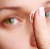 Menschliches Auge mit korrektivem Objektiv stockbild