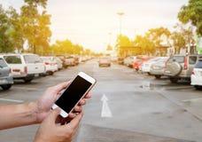 Menschliches haltenes intelligentes Telefon, das leeren Bildschirm in der Mannhand mit zeigt Lizenzfreie Stockbilder