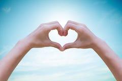 Menschliches Herz im Himmel im Hintergrund Das Konzept der ökologischen Energie Umwelttageskonzept Viele mehr Ökologiebilder in m lizenzfreies stockfoto
