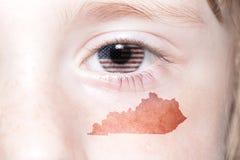 Menschliches ` s Gesicht mit Staatsflagge von Staaten von Amerika und Kentucky geben Karte an stockbild