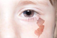 Menschliches ` s Gesicht mit Staatsflagge von Staaten von Amerika und New-Jersey geben Karte an lizenzfreie stockfotografie