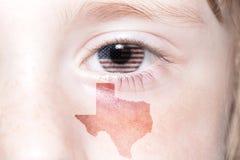 Menschliches ` s Gesicht mit Staatsflagge von Staaten von Amerika und Texas geben Karte an Lizenzfreie Stockfotografie