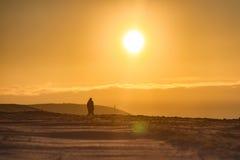Menschliches Schattenbild bei Sonnenaufgang Stockfoto