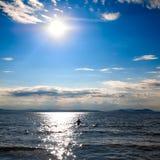 Menschliches Schattenbild gegen den Hintergrund von Meer Stockbild