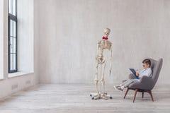 Menschliches Skelett mit einem Besuch lizenzfreie stockfotos
