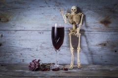 Menschliches Skelett und Wein stockfotografie
