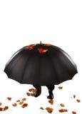 Menschliches Verstecken unter Regenschirm Stockfoto